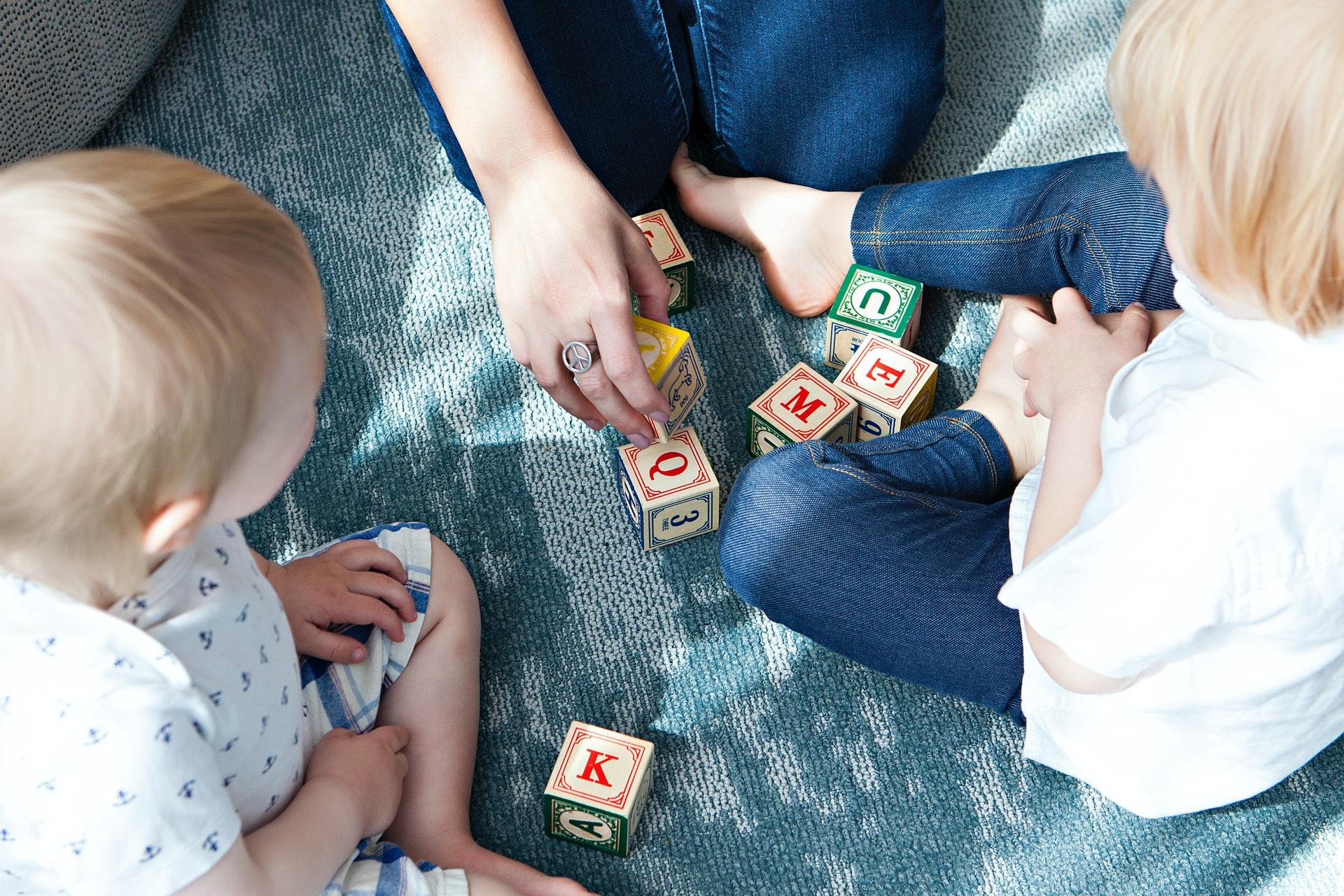 Dzieci układające klocki